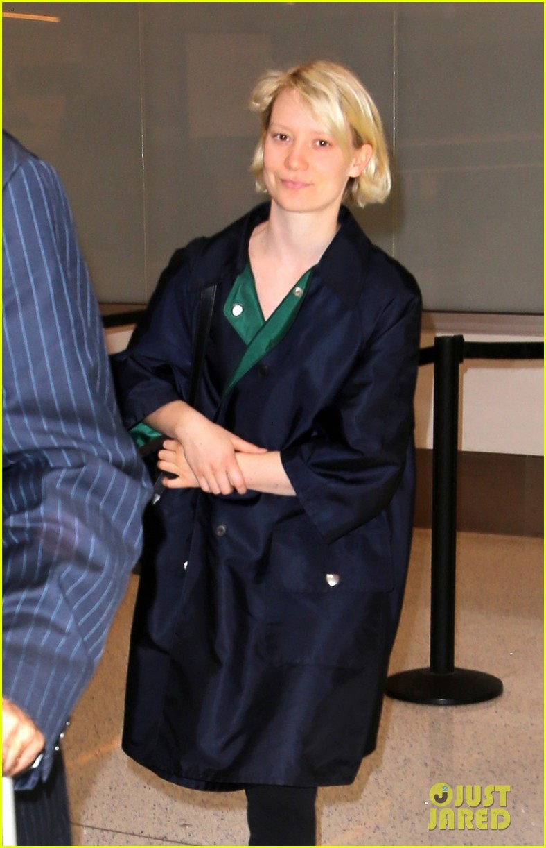 mia wasikowska joins robert pattinson as she arrives at lax airport 05