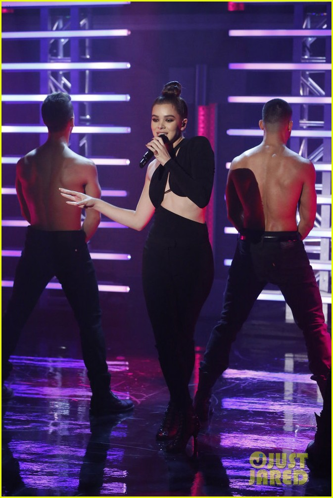 hailee steinfeld performs seth meyers 01