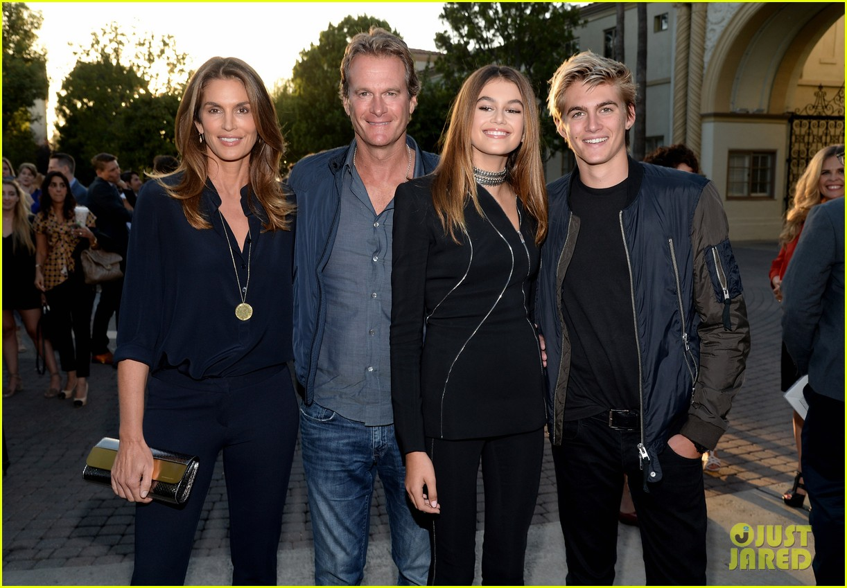 kaia gerber gets family support at sister cities premier404mytext