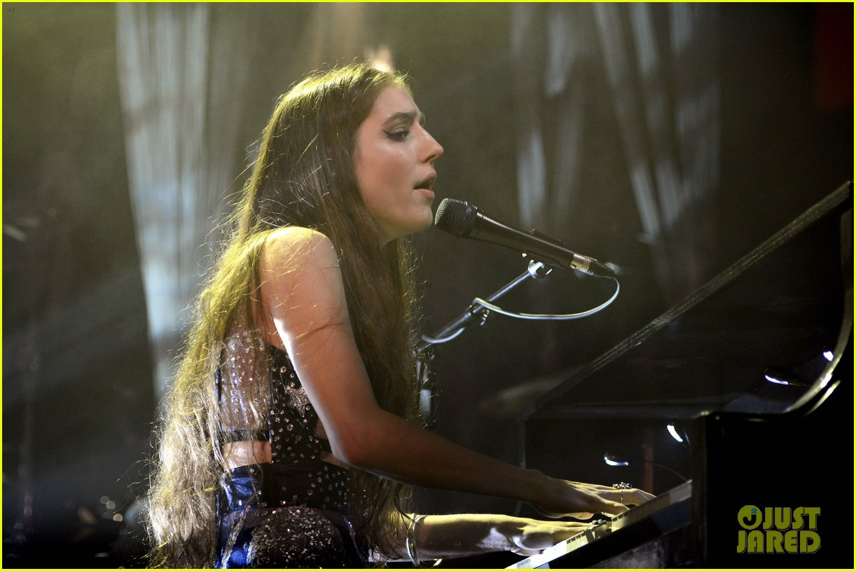 birdy performs germany bird cages 02