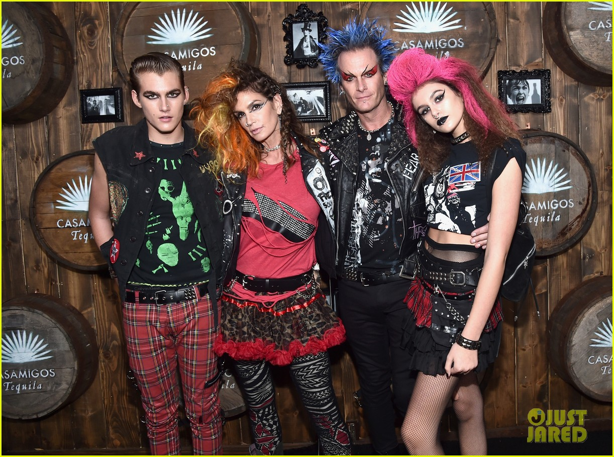 kaia gerber goes punk rock for halloween party in la | photo 1045080
