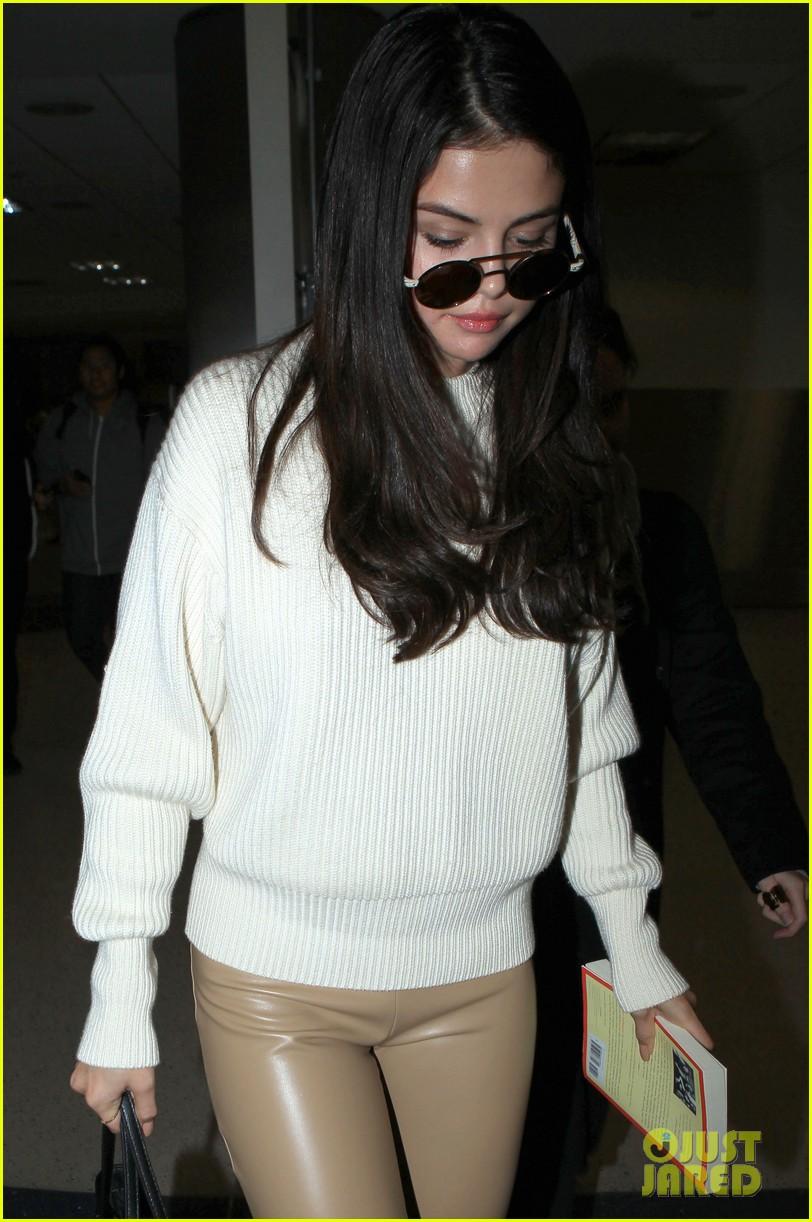 selena gomez arrives lax airport 04