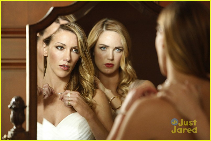 katie cassidy returns arrow wedding tonight pics 04