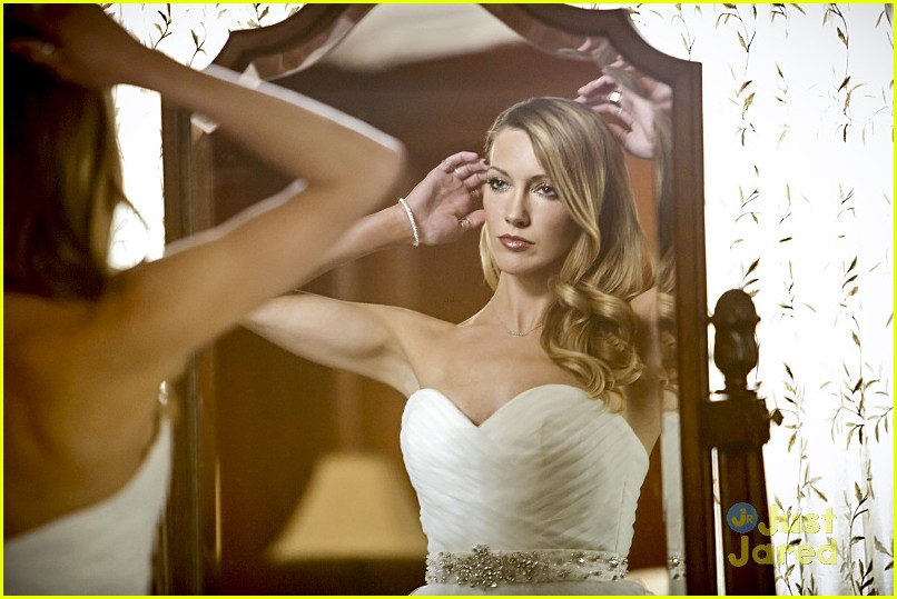 katie cassidy returns arrow wedding tonight pics 07