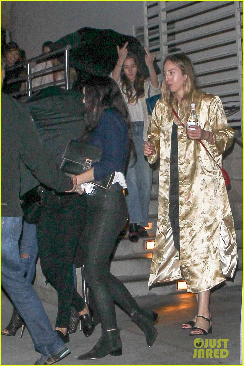 taylor swift catches a private movie screening with friends 05