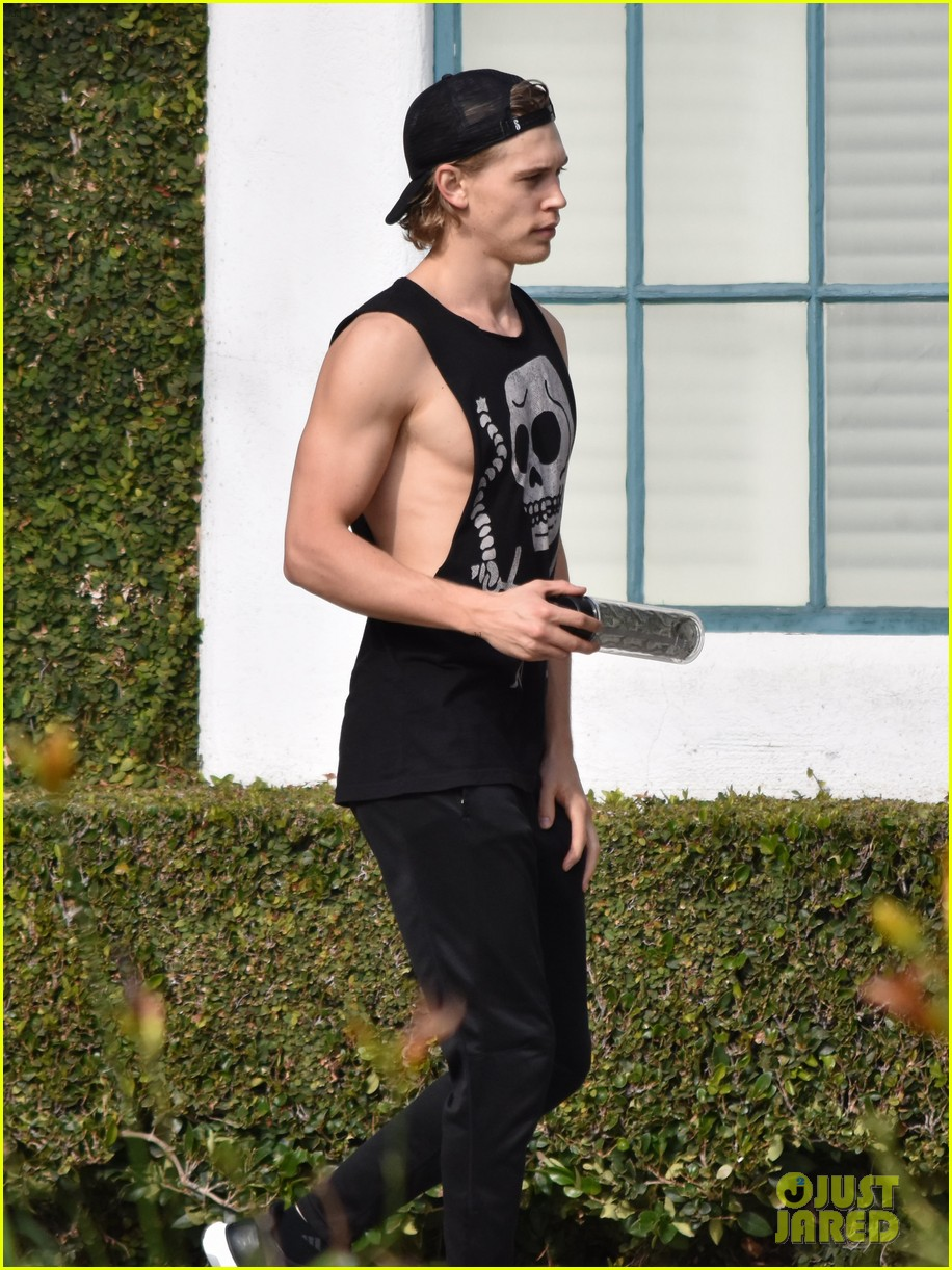 austin butler flexes his muscles outside the gym 01