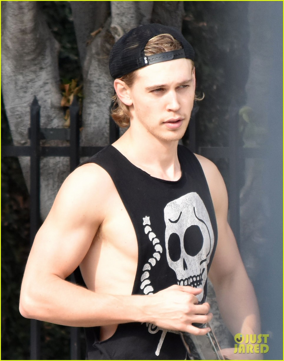 austin butler flexes his muscles outside the gym 03