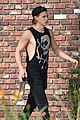 austin butler flexes his muscles outside the gym 05