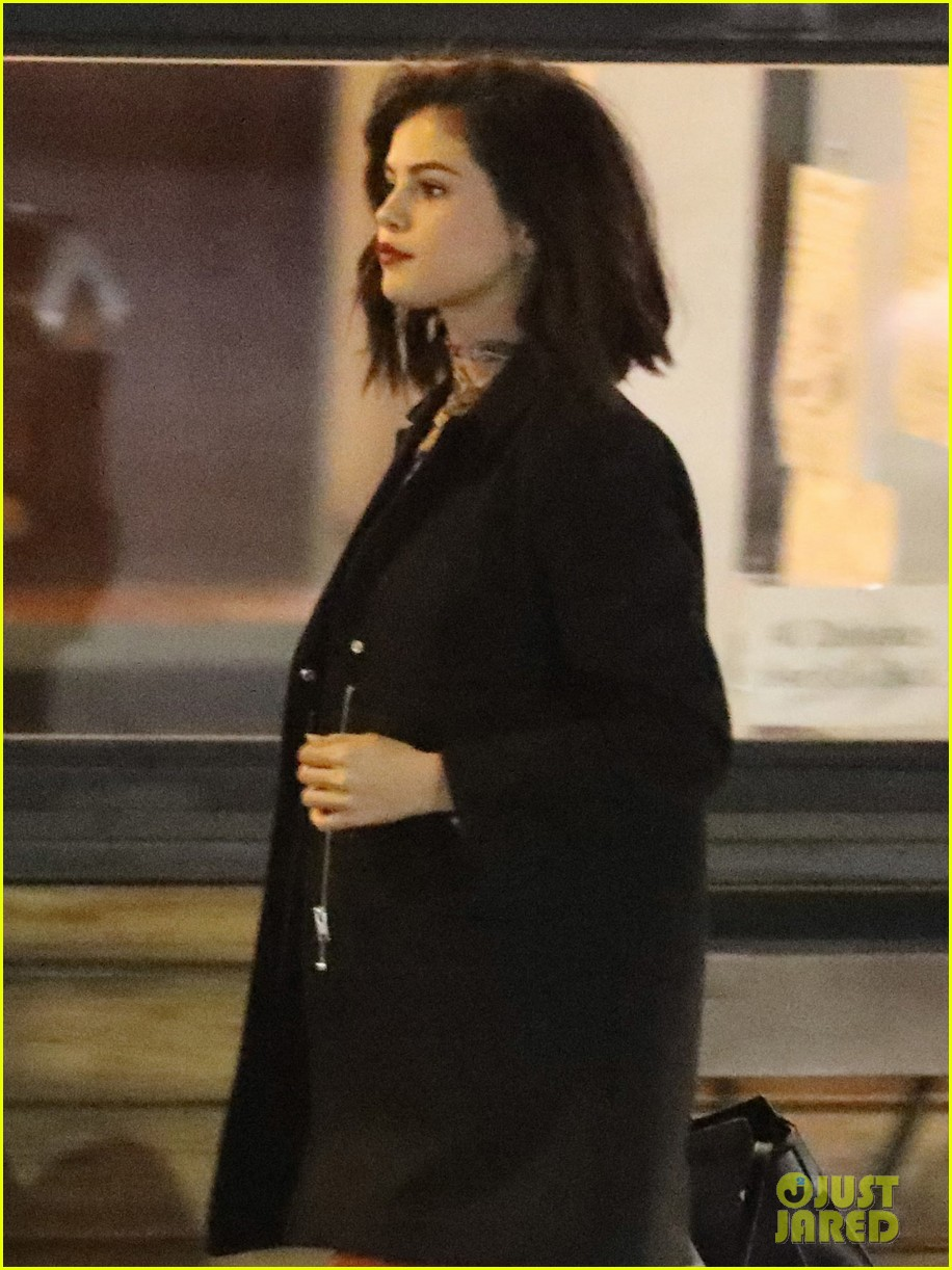 selena gomez grabs dinner in la as rumored boyfriend parties in la 04