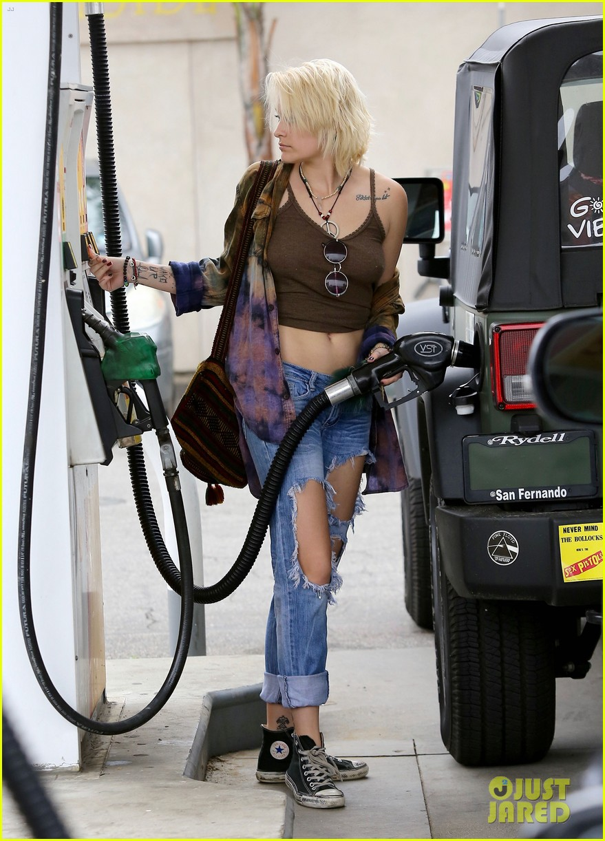 paris jackson gas station stop 17