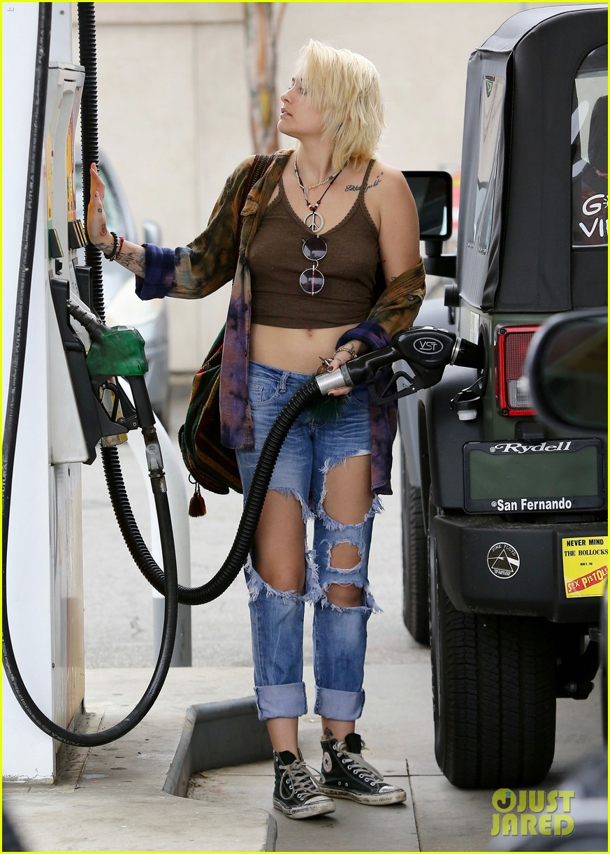 paris jackson gas station stop 20