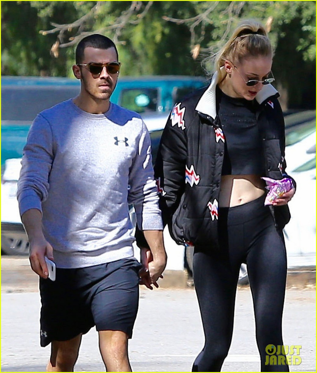 joe jonas sophie turner hold hands valentines day 04