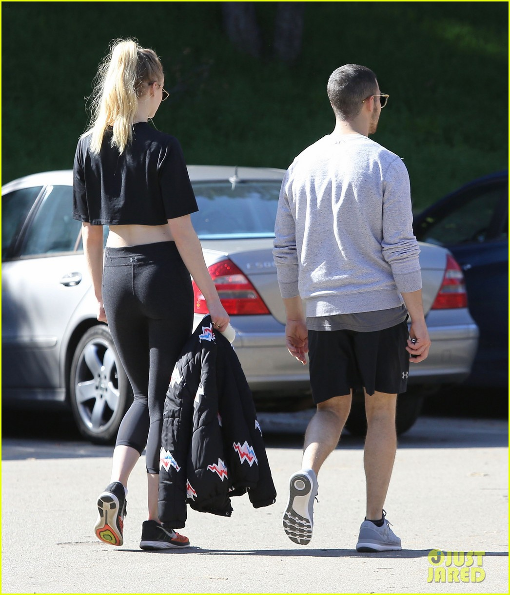 joe jonas sophie turner hold hands valentines day 05