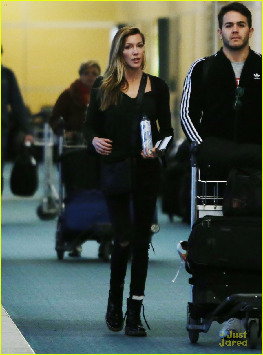 katie cassidy return dc universe contract 05