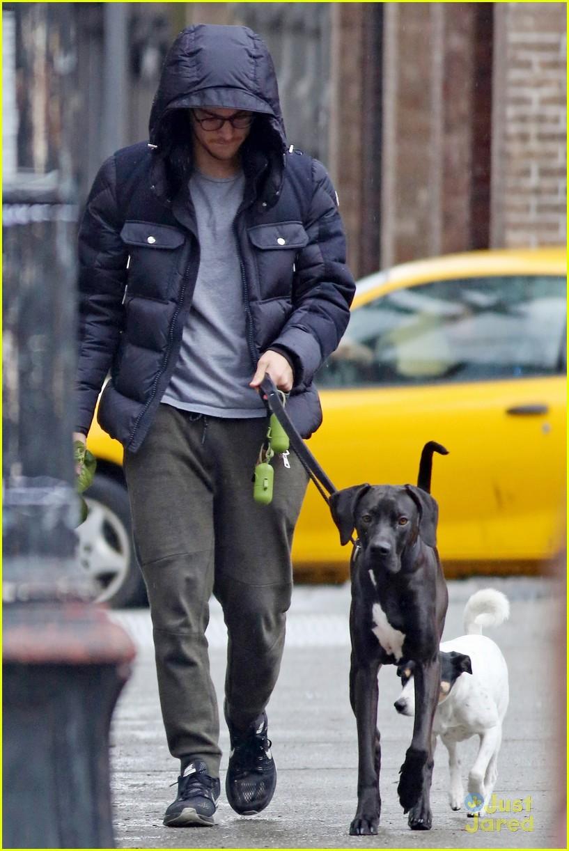 chris wood walks melissa benoist dog 02