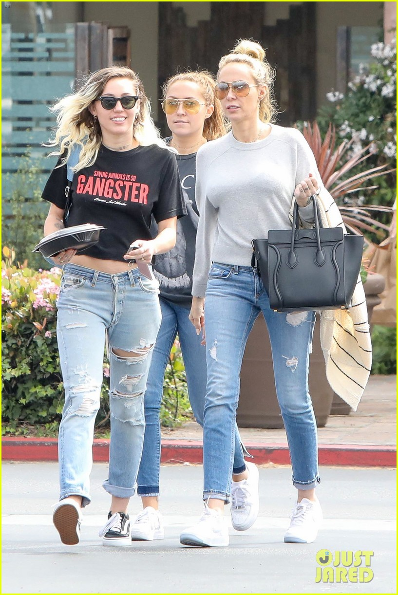 miley cyrus grabs lunch with mom tish and sis brandy after wedding rumors 02