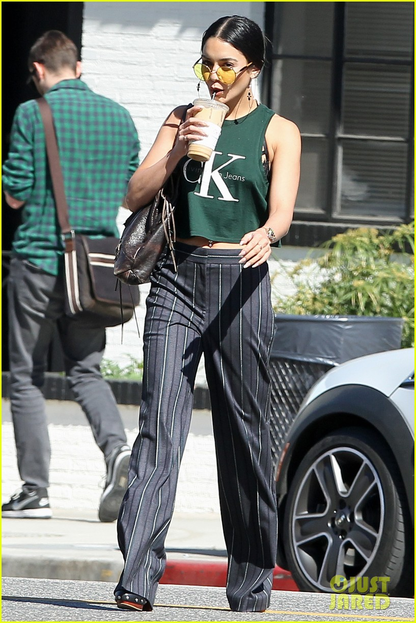vanessa hudgens grabs lunch with her ladies 01