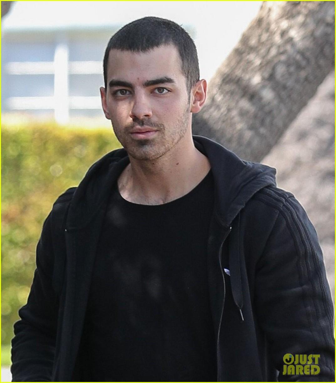 joe jonas friends say seeing him in his underwear on guess billboards is torture2 04