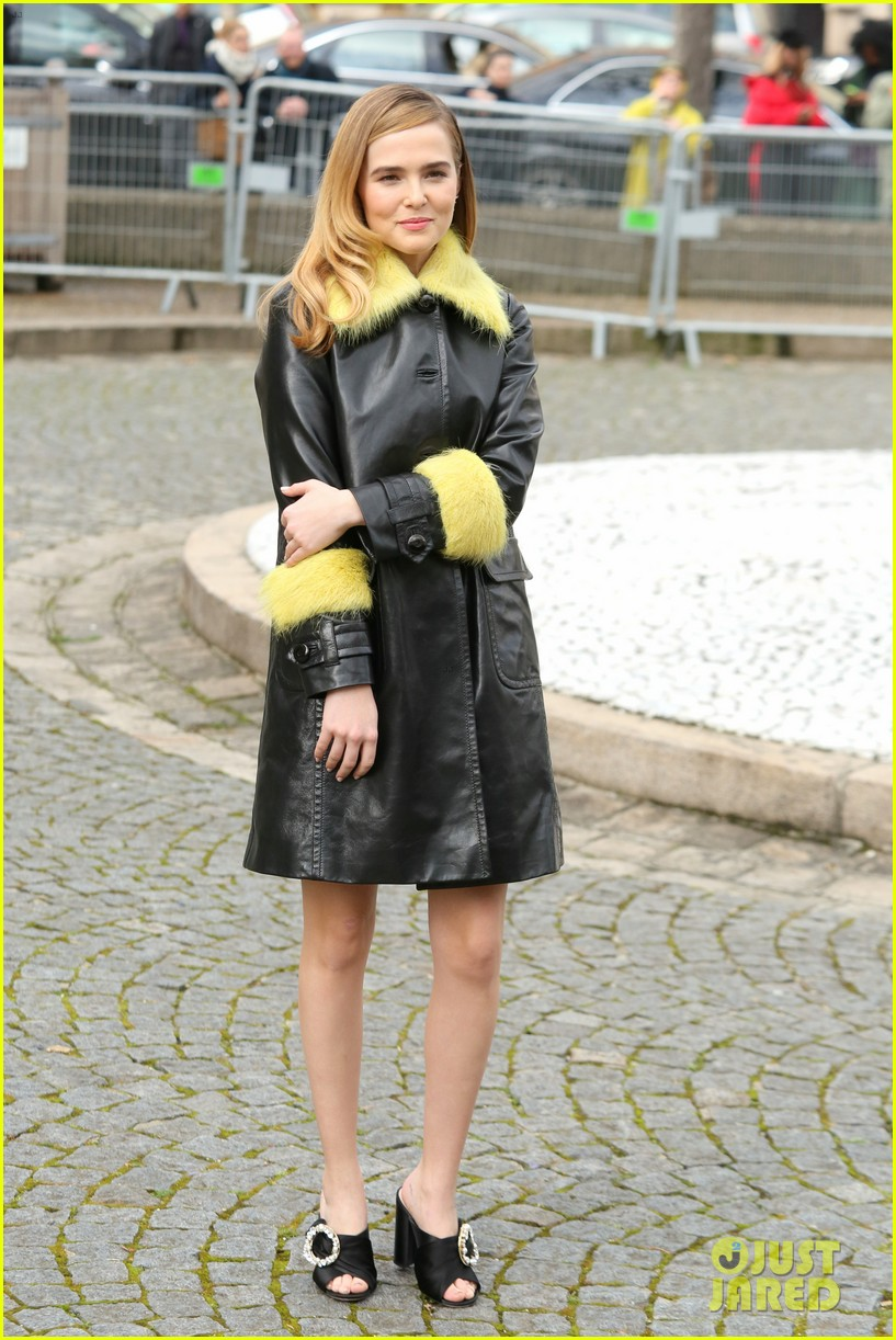 maisie williams zoey deutch miu miu paris fashion week 02