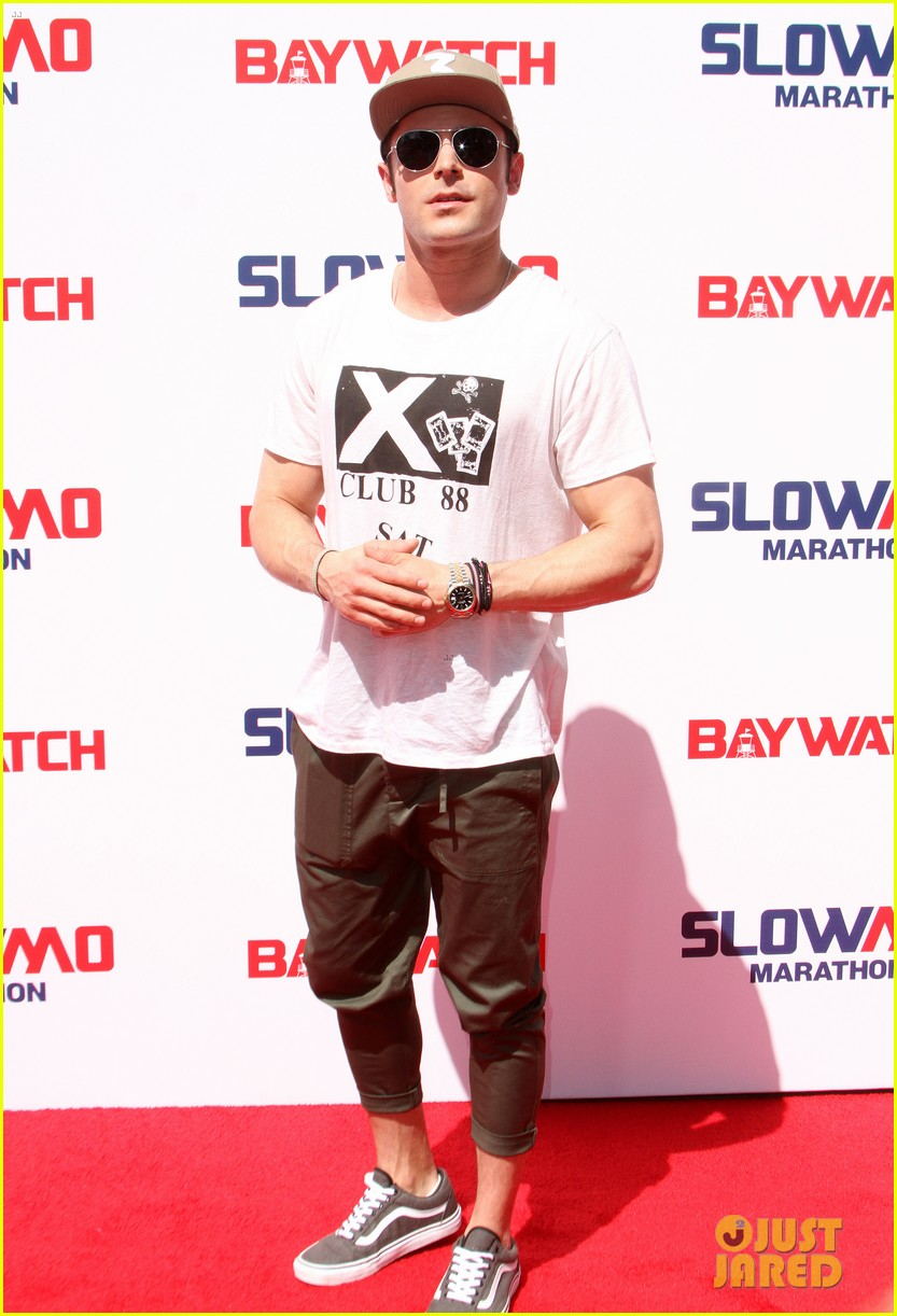 zac efron wears capri pants for baywatch slowmo marathon 11