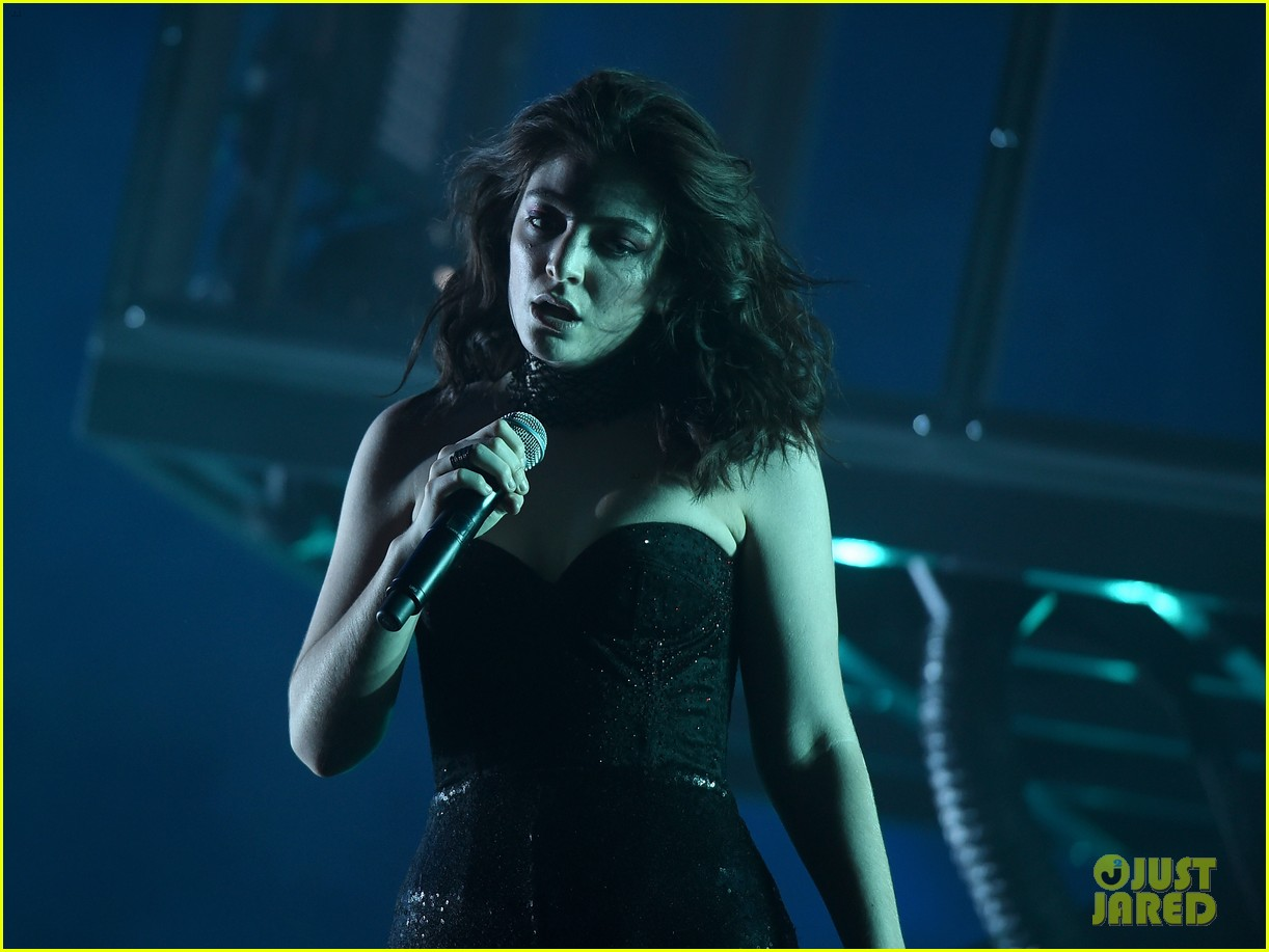 lorde performs on coachella weeknd two 01