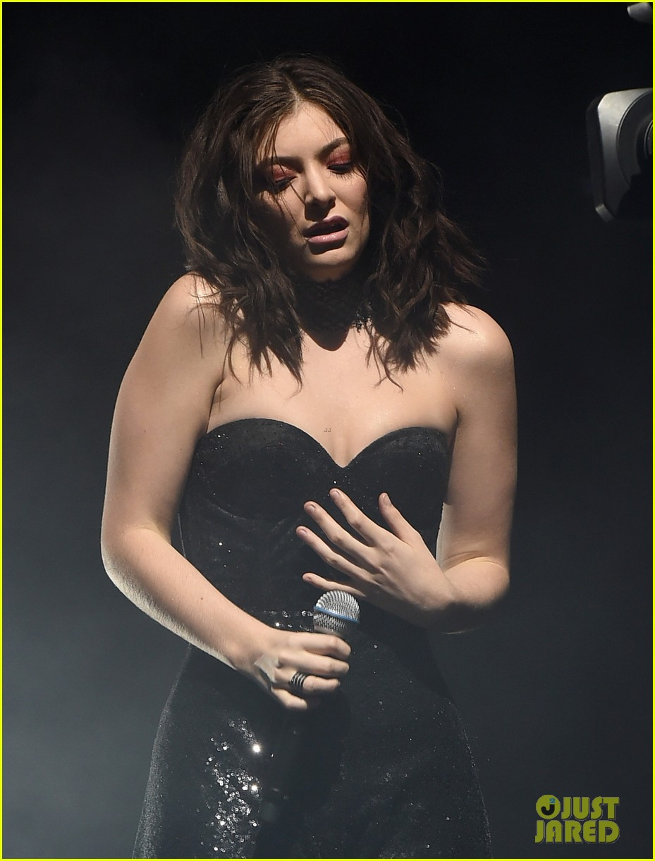 lorde performs on coachella weeknd two 04