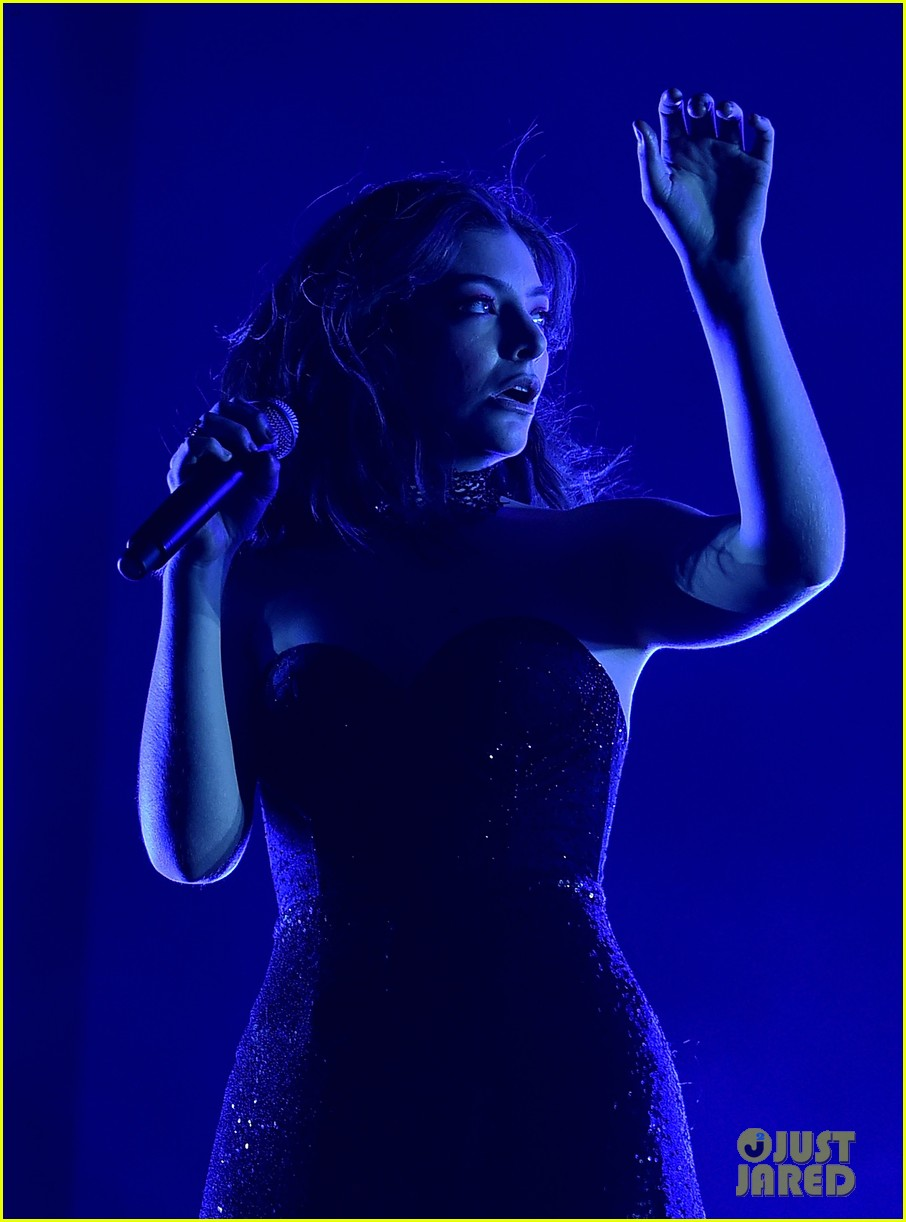 lorde performs on coachella weeknd two 05