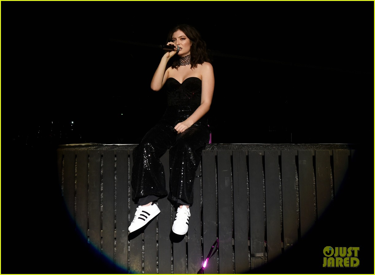 lorde performs on coachella weeknd two 06