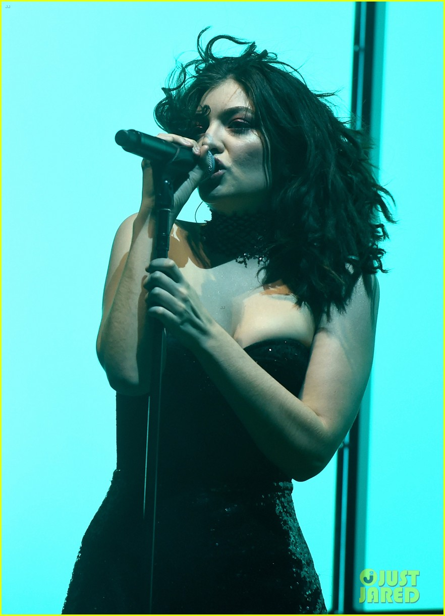 lorde performs on coachella weeknd two 15