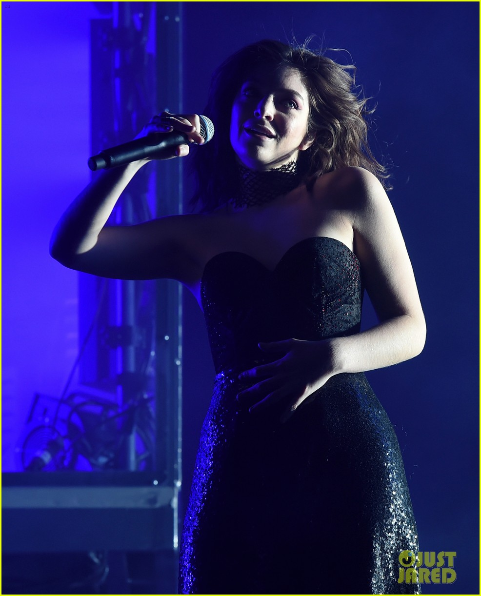 lorde performs on coachella weeknd two 16