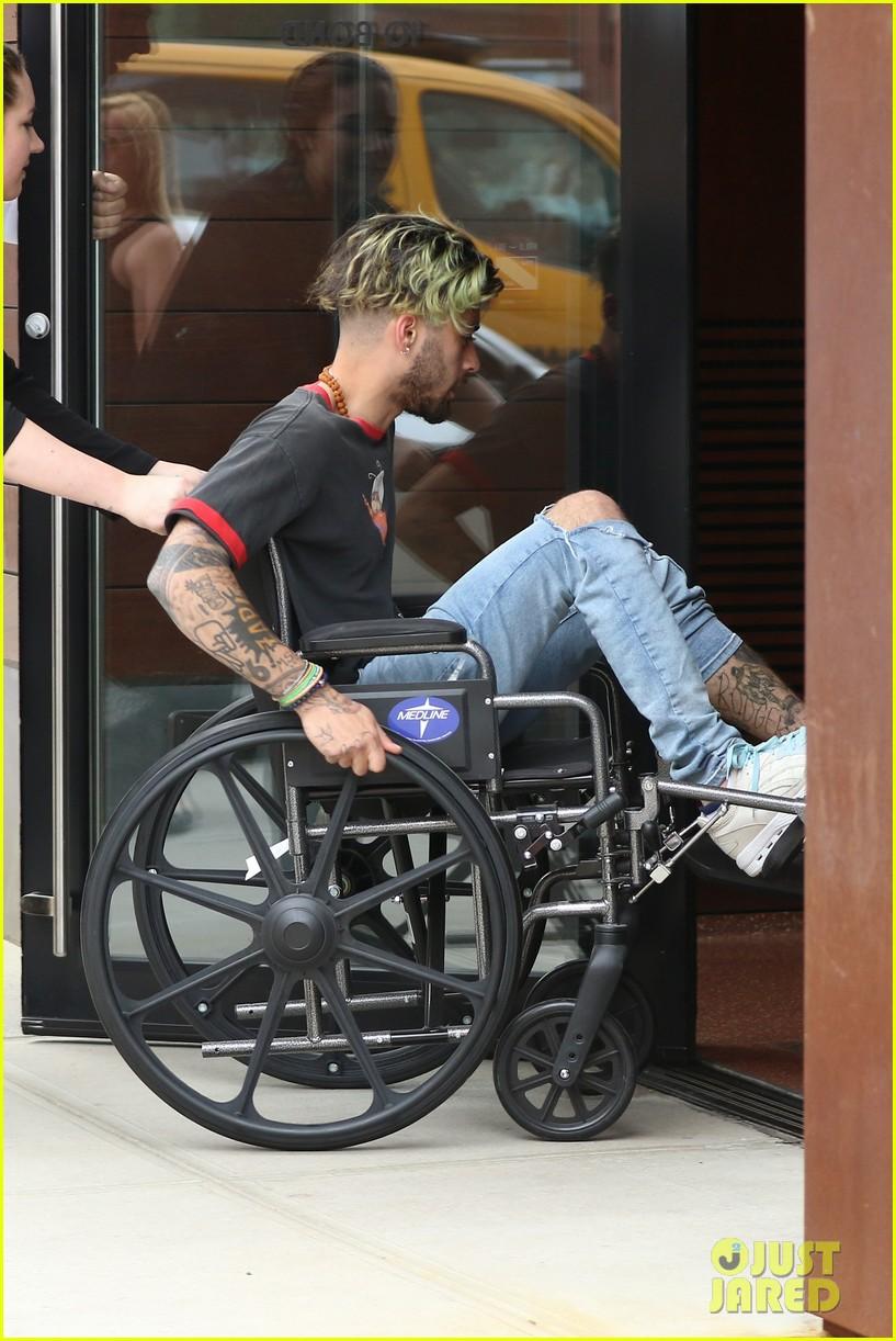 zayn malik arrives at gigi hadids apartment in a wheelchair 03