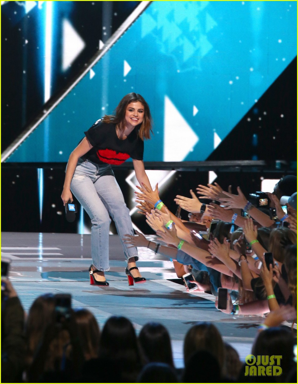 selena gomez we day 2017 host 11