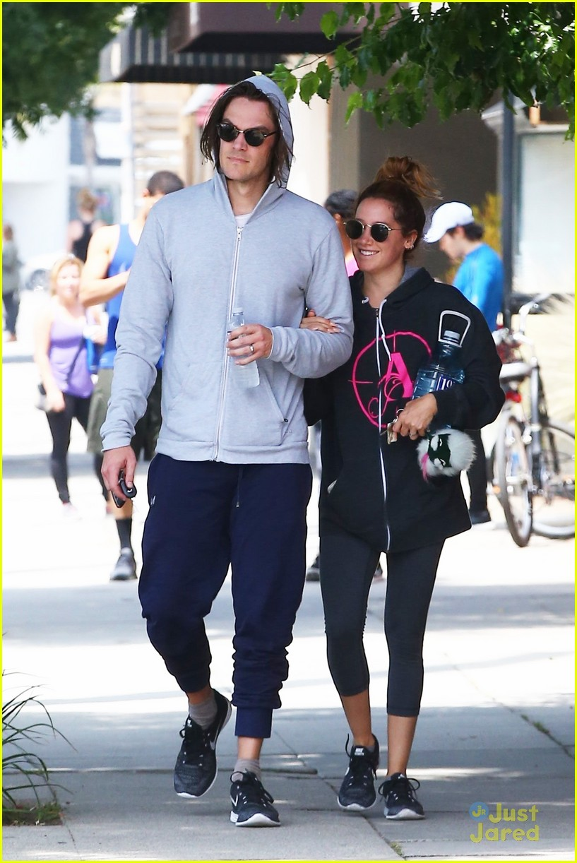 ashley tisdale chris french annie hoodie gym 02