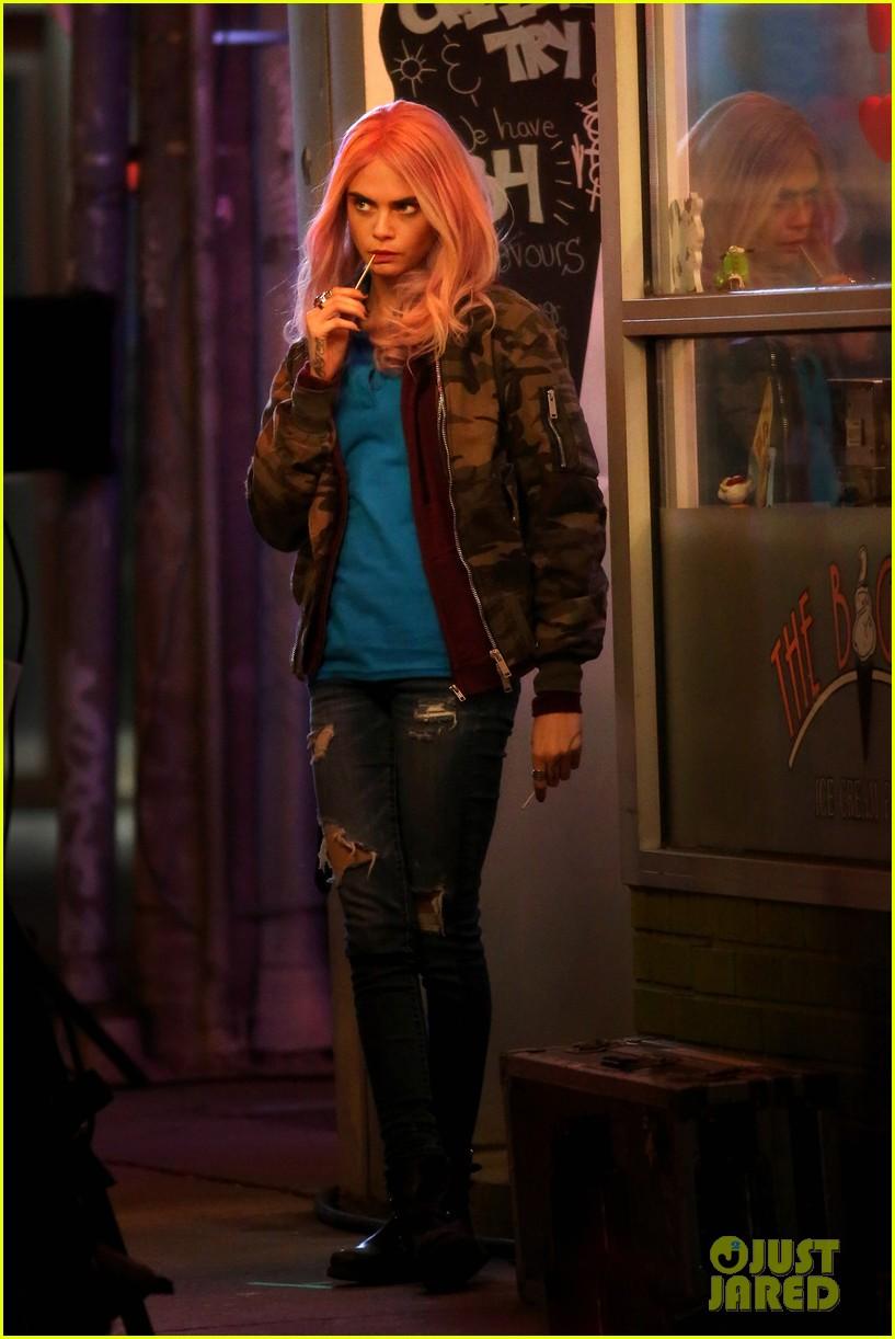 cara delevingne rocks pink wig on set01