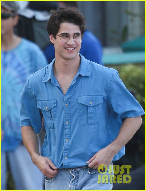 darren criss gets into character filming versace02