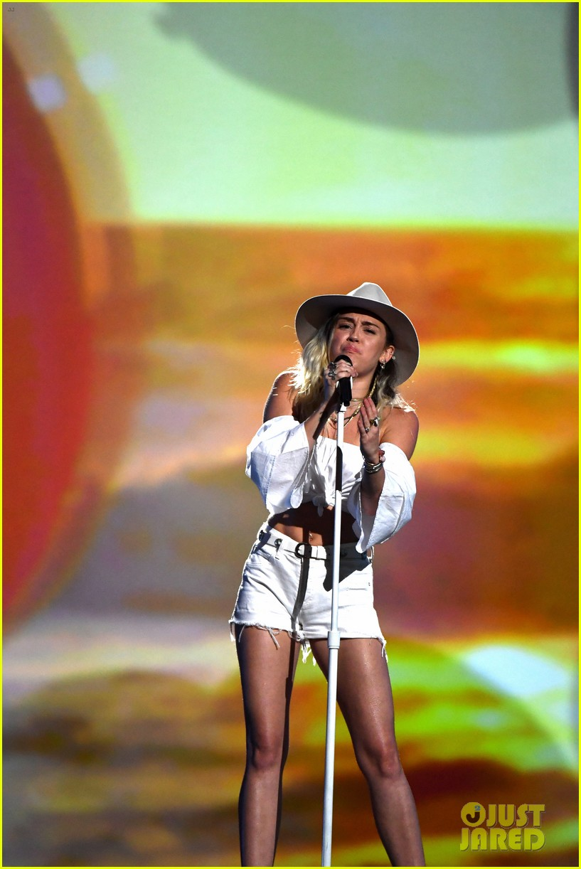 miley cyrus billboard music awards performance 09