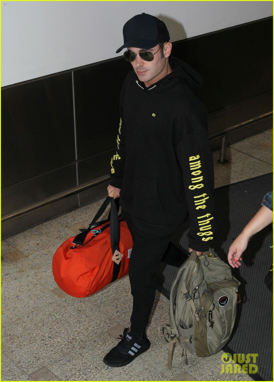 zac efron arrives down under with alexandra daddario 03