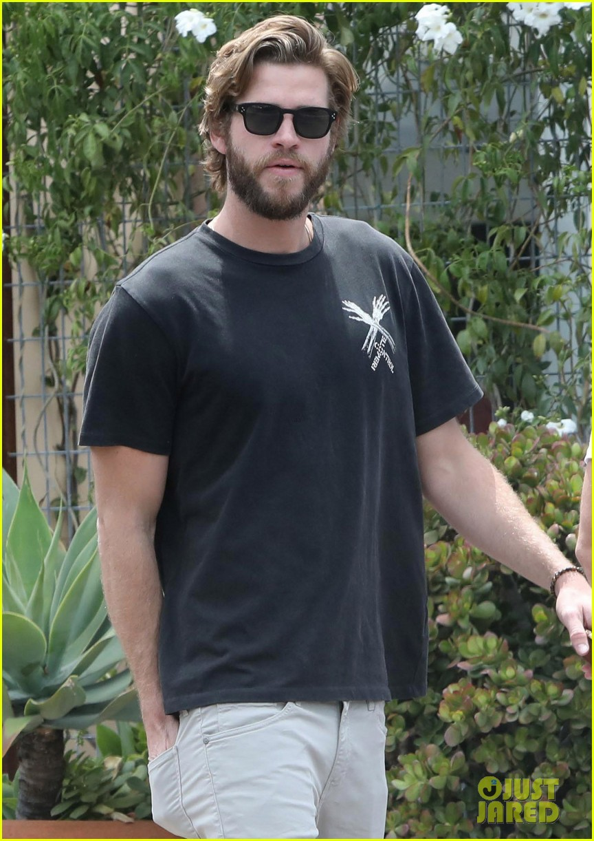 liam hemsworth grabs lunch with a pal in malibu02