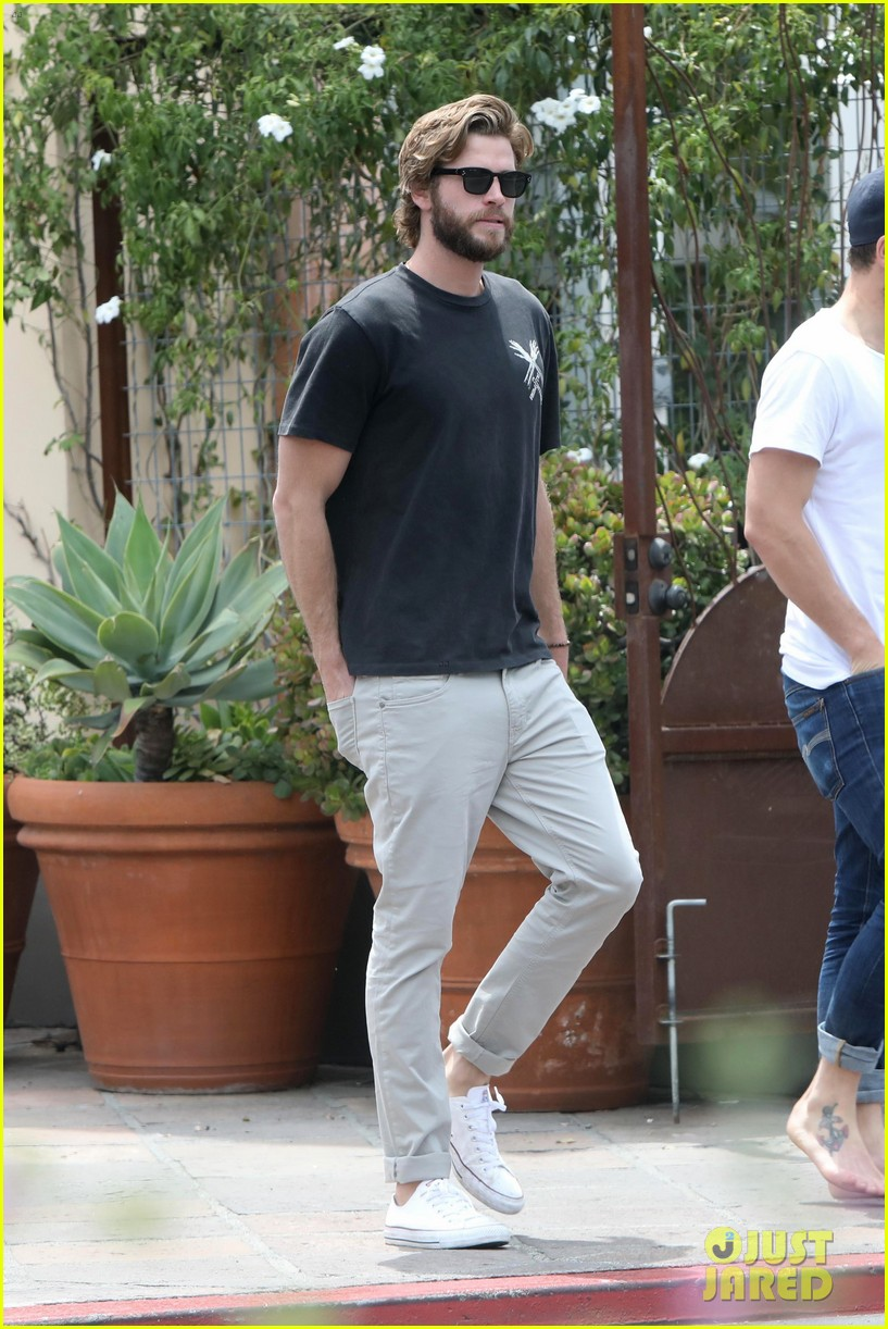 liam hemsworth grabs lunch with a pal in malibu03