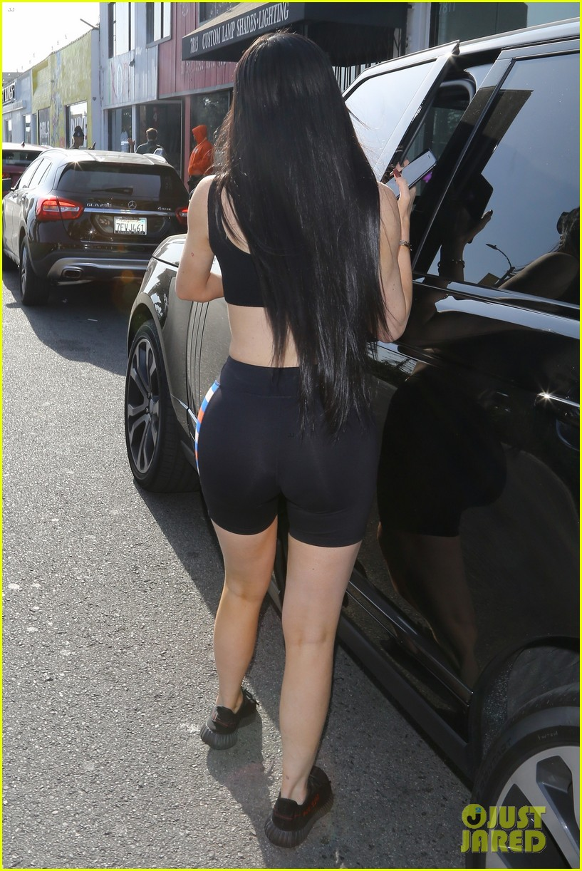 kylie jenner looks just like kim kardashian in latest outfit 02