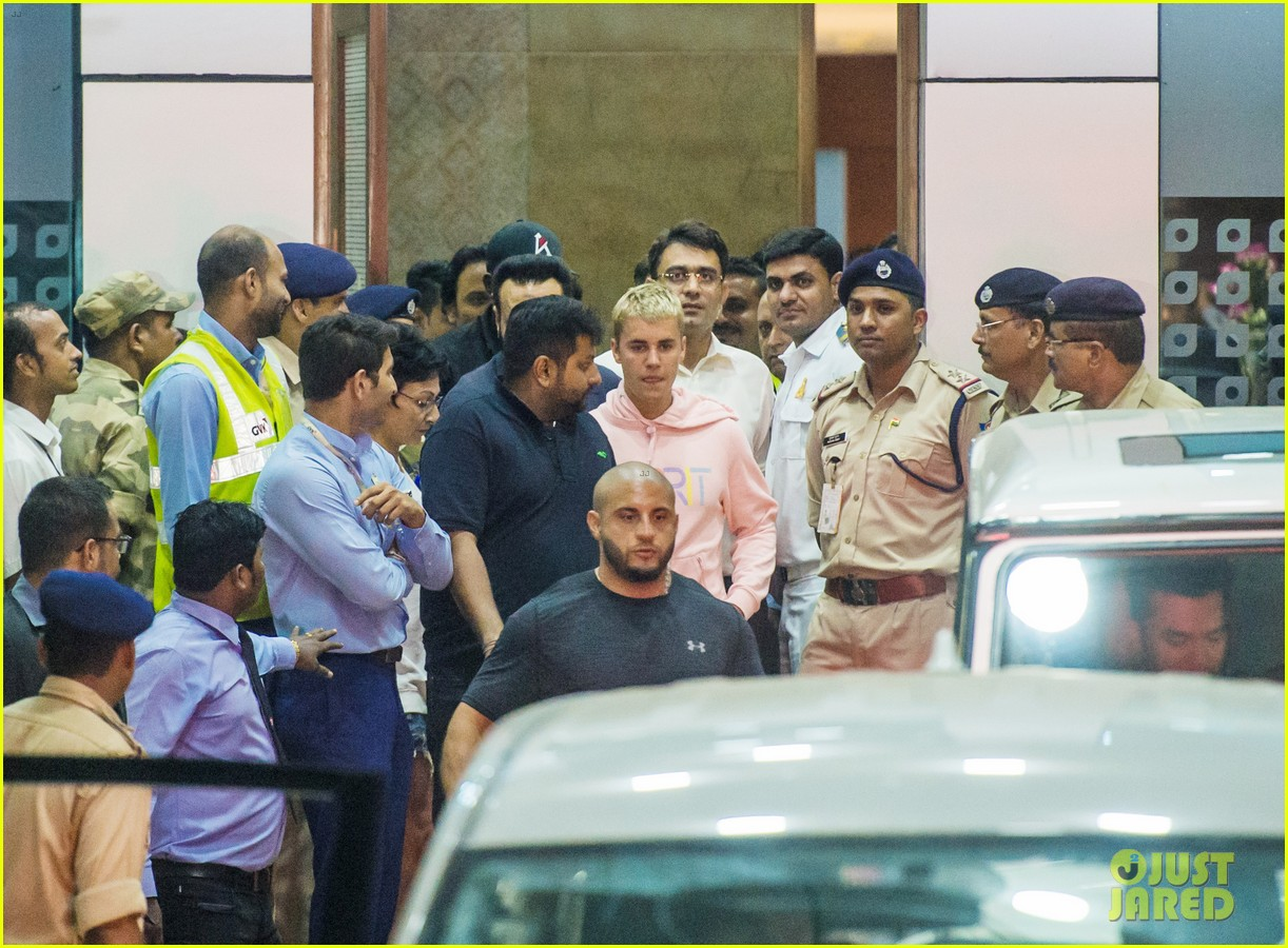 justin bieber arrives for first concert in india04