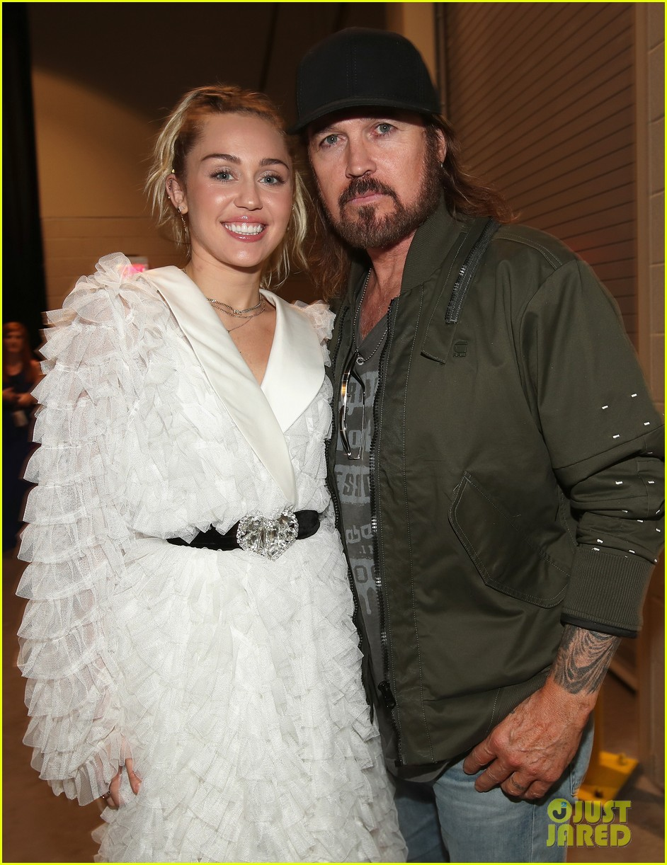 miley cyrus liam hemsworth billboard music awards 04