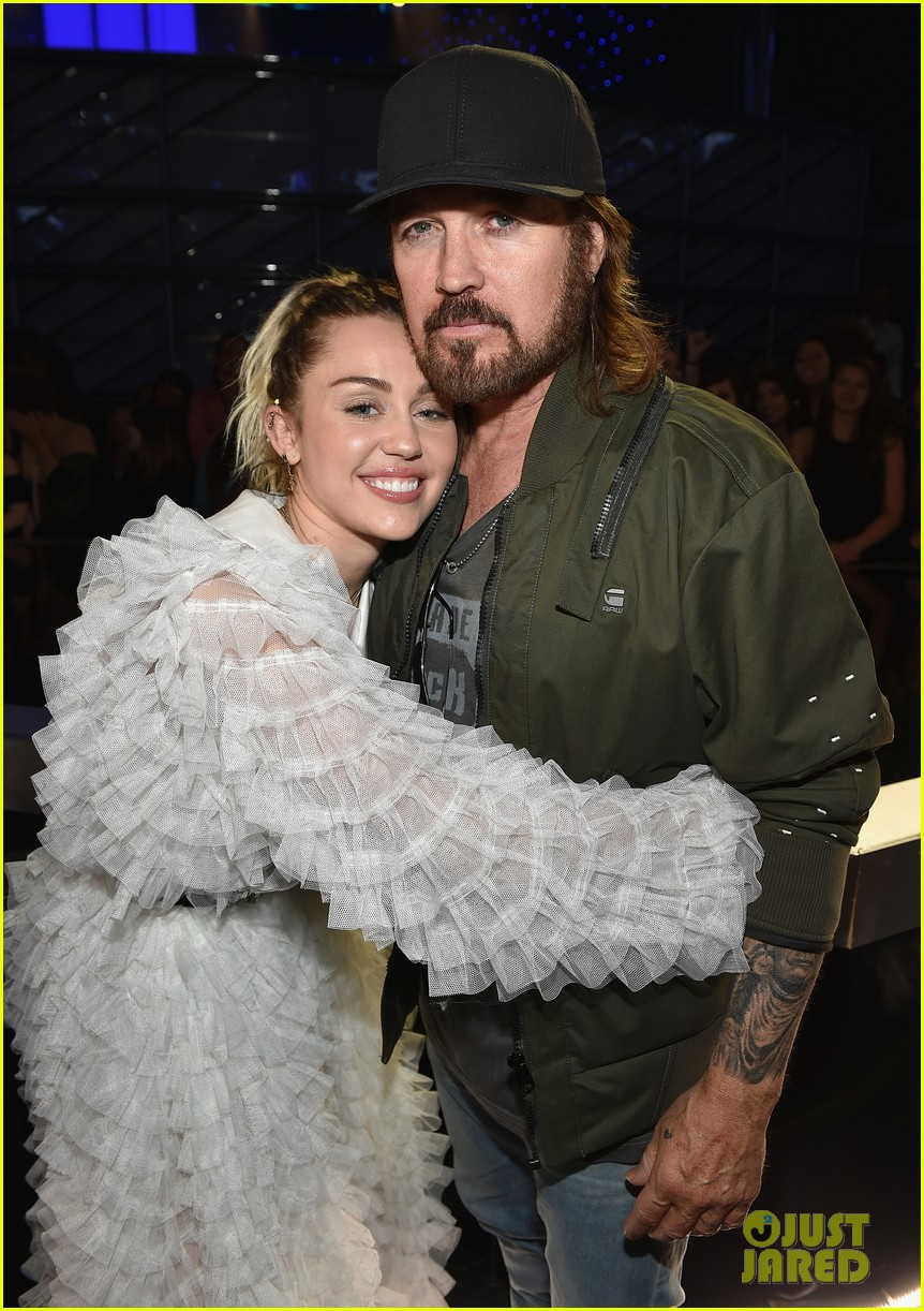 miley cyrus liam hemsworth billboard music awards 12