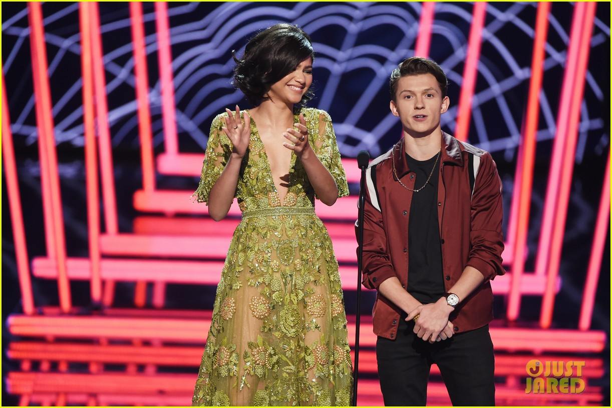tom holland flips zendaya spiderman clip mtv awards 06