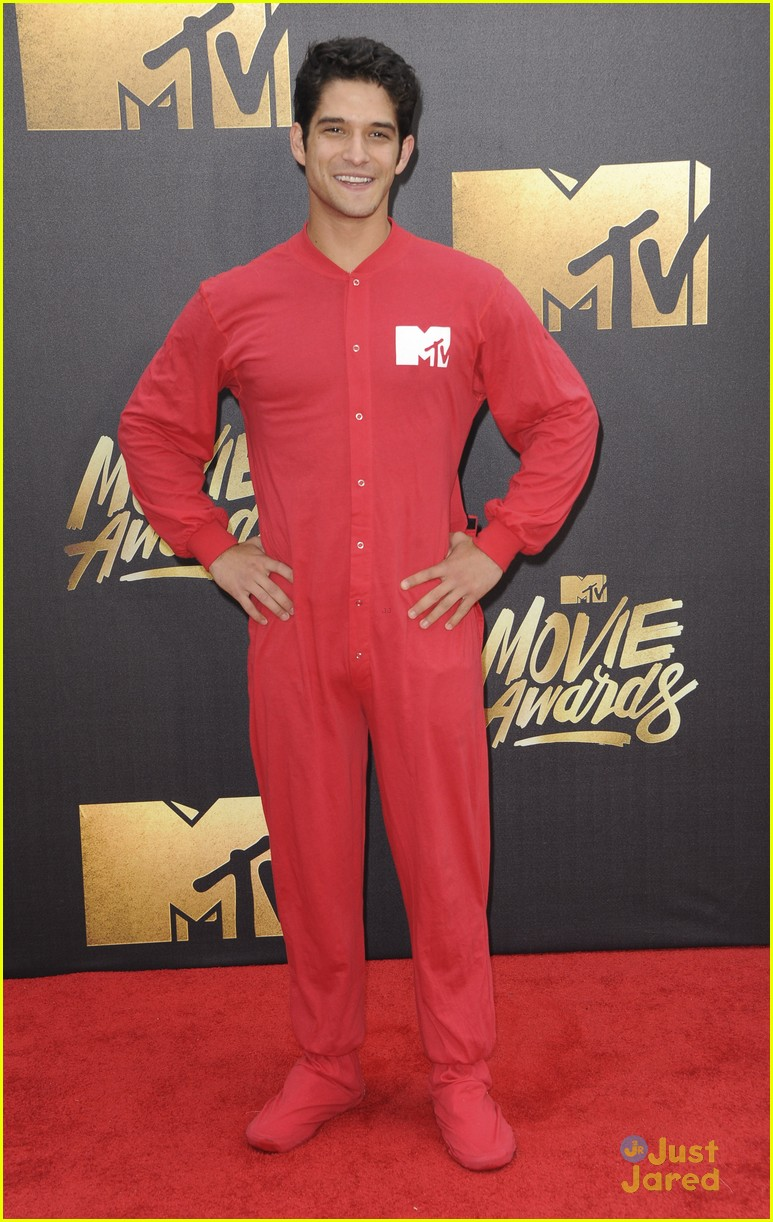 tyler posey onesie last year mtv awards 05