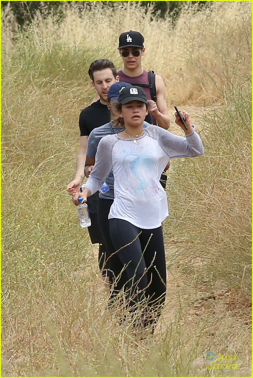 zendaya leads hike with friends 04