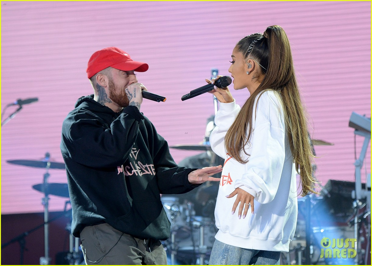 ariana grande wore a ring on her engangement finger 01