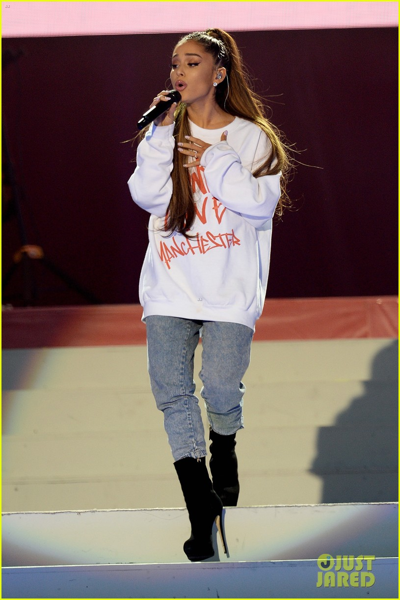 ariana grande wore a ring on her engangement finger 02