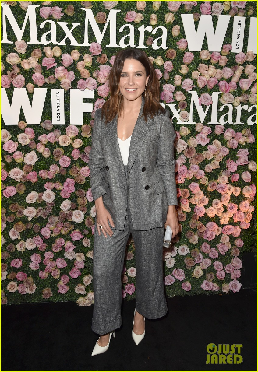 zoey deutch poses with mom lea thompson and sister madelyn at women in film event2 02