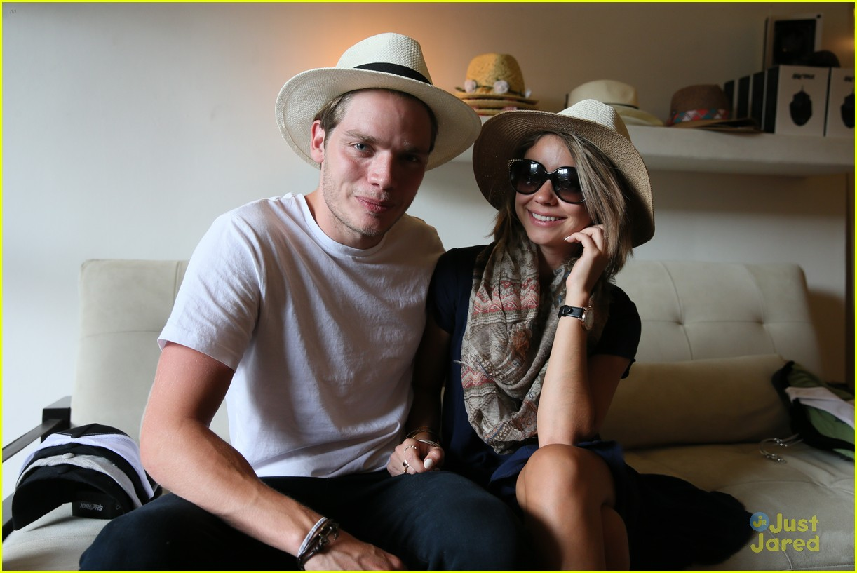 sarah hyland dominic sherwood proud shadowhunters 01